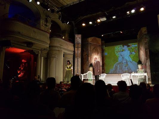 Zweiter Akt, Erstes Bild: Landhaus bei Paris, Salon im Erdgeschoss: Alfredos Vater, Giorgio Germont, besucht Violetta.