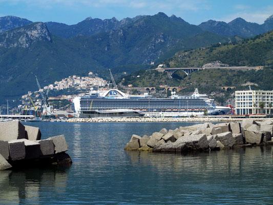 Kreuzfahrtschiff Emerald Princess im Hafen von Salerno, davor die Stazione Marittima di Salerno