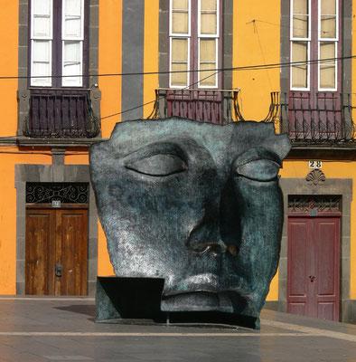 Santa Cruz de Tenerife. Altstadt um das Teatro Guimerá. Moderne Bronzeskulptur einer schwarzen Theatermaske (Bildhauer Igor Mitoraj)