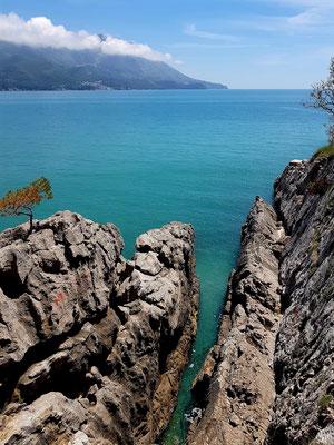 Felsenküste am östlichen Rand des Strandes von Bečići