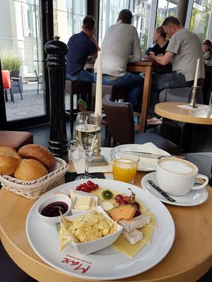 Mein Frühstück im Restaurant Max, Wilsdruffer Str. 24: Max Frühstück (ohne Fleisch): Schnittkäse, Camembert, Frischkäsecreme, hausgemachte Konfitüre, frisches Obst, Rührei mit Kräutern, Bäckerbrötchen usw., Milchkaffee, Orangensaft, Prosecco
