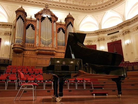 Der Steinway & Sons Konzertflügel, an dem Arcadi Volodos spielt; im Hintergrund die Orgel von 1890