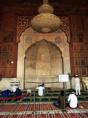 Qibla-Wand mit Mihrab-Nische und erhöhtem Sitz für den Imam