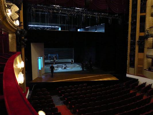 """Burgtheater, Umbau der Bühne nach Ende der Aufführung von """"Hedda Gabler"""""""