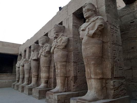 Hof mit kolossalen Königsstatuen (mumiengestaltiger Osiris-König)