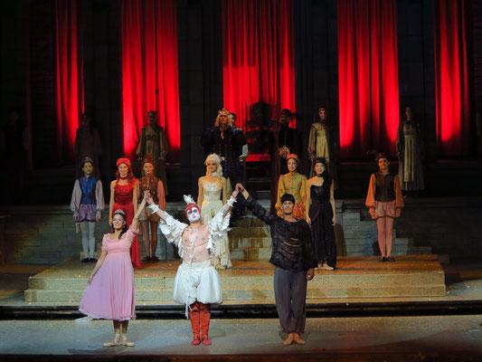 Applaus (Prinzessin, Ganser, Popolvár, dahinter rothaarige, blondhaarige und schwarzhaaarige Fee, v.l.n.r.)