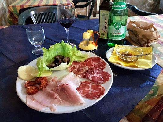 Zum Abendessen in die nahe gelegene Pizzeria Il Vecchio Granaio