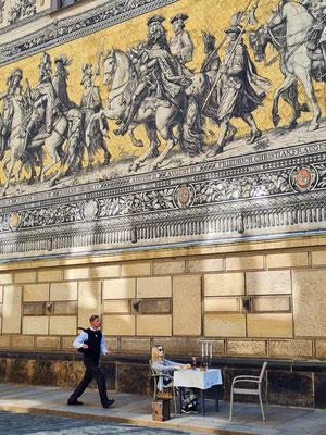 Straßen-Performance (Pantomime) vor dem Fürstenzug (Wandbild aus Porzellanfliesen mit sächsischen Herrschern aus der Geschichte) in der Augustusstraße