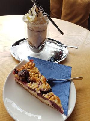 """""""Kaffeepause"""" im Café Gubor in Mettlach: Zwetschgenkuchen mit Butterstreuseln und Zartbitter-Schokolade mit Sahne"""