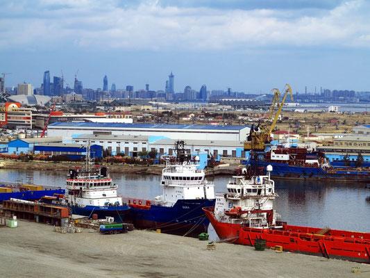 Blick von der Bibi-Heybat-Moschee auf die Ölanlagen und den Hafen, im Hintergrund das moderne Stadtzentrum von Baku