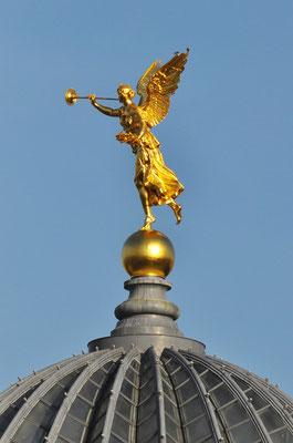 """Dresden, Fama auf der Spitze der """"Zitronenpresse"""", 4,8 Meter hoch und 1,7 Tonnen schwer (22.8.2010)"""