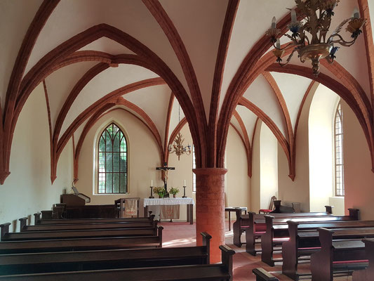 Klosterkapelle, früher Arbeits- und Studienraum der Zisterziensermönche (Brüdersaal). Sein dreigeteiltes Kreuzrippengewölbe ruht auf einer einzigen Säule in der Mitte des Raumes.