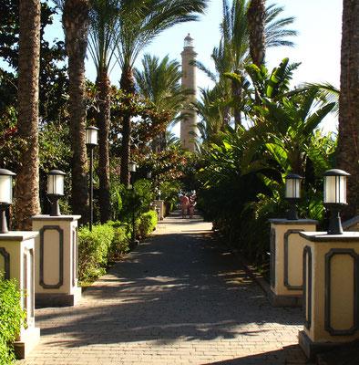 Blick aus dem Garten der Hotelanlage Gran Hotel Costa Meloneras auf den Leuchtturm von Maspalomas