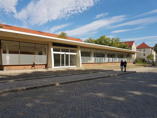 Erste Selbstbedienungskaufhalle von 1958 in der Saarlouiser Straße zeugt in ihrer modernen architektonischen Erscheinung vom Aufbruch in eine neue Zeit