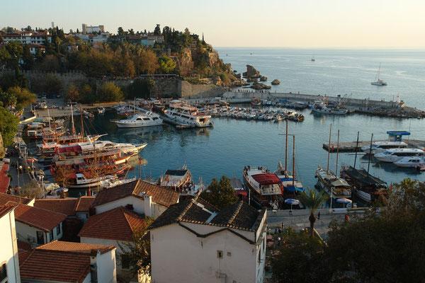 Alter Hafen von Antalya mit Blick nach Süden zum Meer