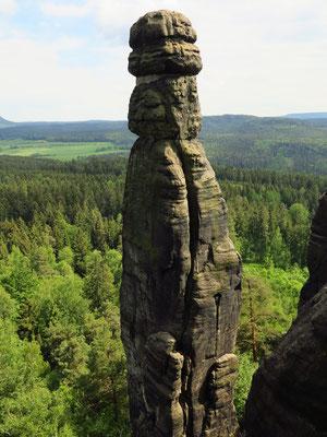 Die Barbarine am Pfaffenstein. Die 42,7 m hohe Felsnadel gilt als ein Wahrzeichen der Sächsischen Schweiz.