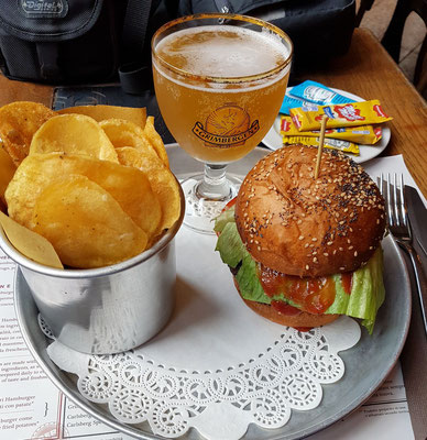Meccanismo Bistrot in Trastevere: Burger mit Chips und belgisches Bier Grimbergen