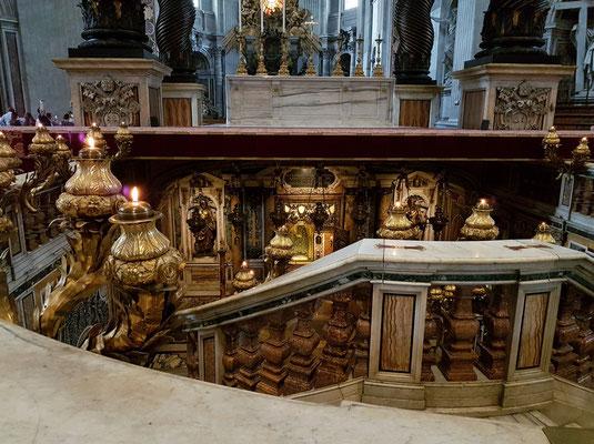 Blick in die Confessio mit der Palliennische