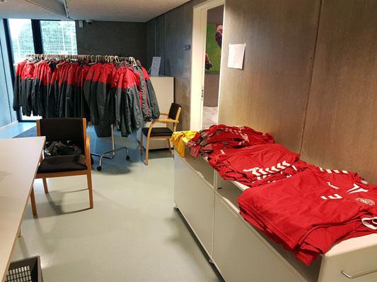 Die Klamotten der jungen Fußballerinnen vor meinem Zimmer A 7