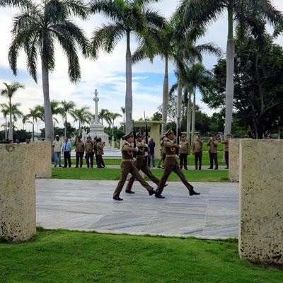 Wachwechsel vor dem Mausoleum von José Martí