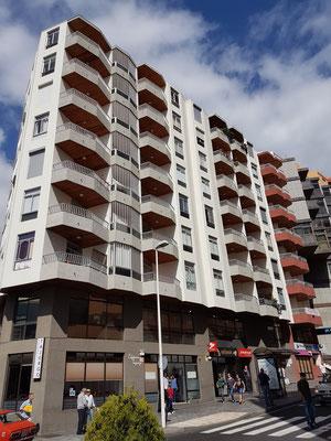 Hochhäuser gegenüber dem Mercado Municipal zeigen das moderne Santa Cruz.