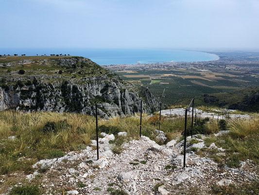 Panoramablick von der Abtei Santa Maria di Pulsano auf Manfredonia und das Meer