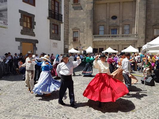 Las Palmas, Kanarische Volkstänze am Palmsonntag auf der Plaza del Pilar Nuevo vor der Hinterfront der Kathedrale Santa Ana