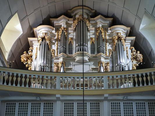 Wendler-Orgel von 1703 auf der dritten Empore. Der 18-jährige J.S. Bach hatte die Orgel geprüft und abgenommen. Er wurde daraufhin als Organist in Arnstadt angestellt.