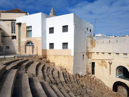 Teatro Romano de Cádiz. Überreste eines römischen Theaters, das einst 20 000 Zuschauer fasste. Blick auf die Zuschauerränge, im Hintergrund neuzeitliche Überbauung
