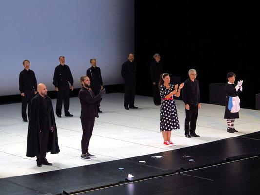 Applaus nach der Vorführung des Barbiers von Sevilla von Gioachino Rossini, v.l.n.r.: Mert Süngü, Björn Bürger, Stepanka Pucalkova, Enrico Marabelli,  Roxana Incontrera