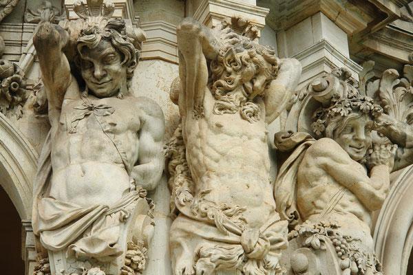 Der Zwinger, Skulpturenschmuck am Wallpavillon: Hermen um 1718 (Permoser) (23.8.2010)
