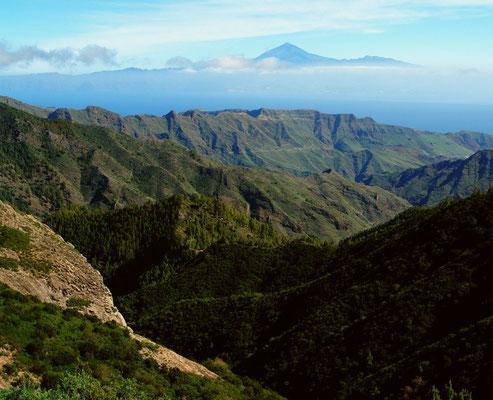 Blick vom Mirador Los Roques nach Nordosten über die Barrancos von Gomera bis zum Pico de Teide auf Teneriffa