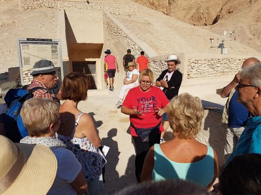 Vortrag von Susi vor einem Grab im Tal der Könige