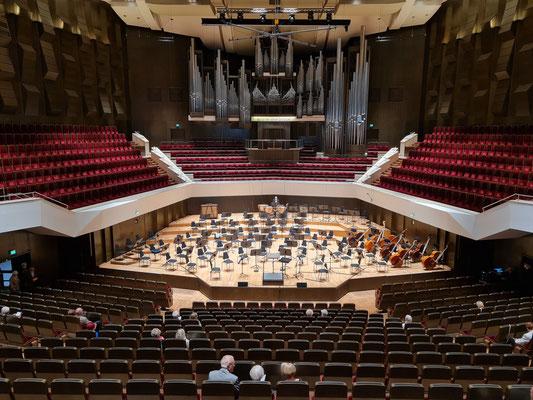 Vor dem Konzert, mein Sitzplatz, im Hintergrund die Schuke-Orgel von 1981