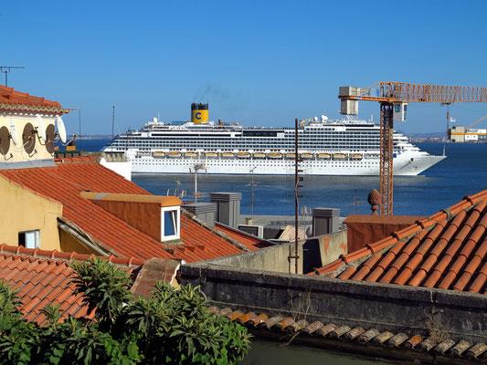 Stadtteil Alfama, Blick zum Tejo mit Kreuzfahrtschiff