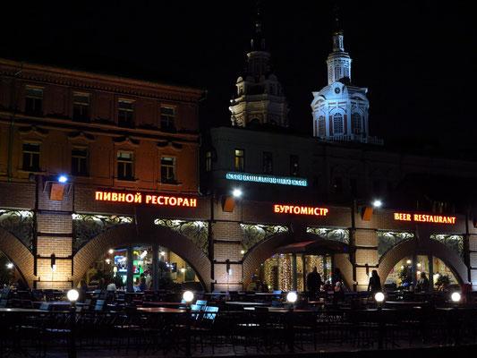 Blick auf Restaurants am Revulyutsii Platz
