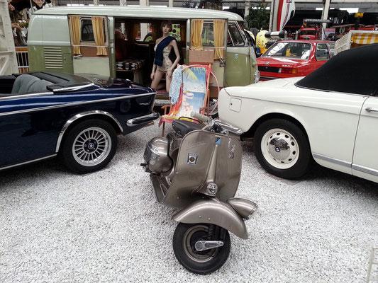 Piaggio Vespa und VW-Bus T 1