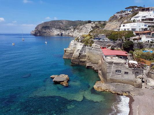 Fußweg von der Bushaltestelle nach Sant'Angelo, Blick auf die Südküste von Ischia