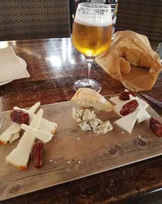 Lunch-Pause mit verschiedenen Käsesorten (Gomera, La Palma und aus der Mancha)