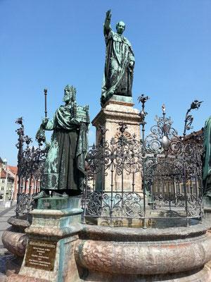Maximiliansbrunnen, links vorne Kaiser Heinrich II., weitere Figuren sind: Kaiserin Kunigunde, Bischof Otto I. von Bamberg,  König Konrad III.