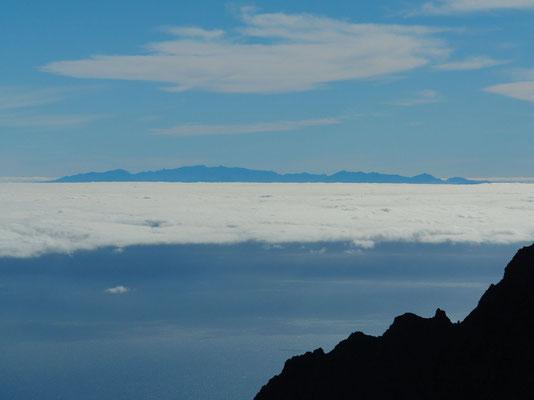 Blick von der Cumbre nach O. Über der Passatwolke die Gipfel von Gran Canaria