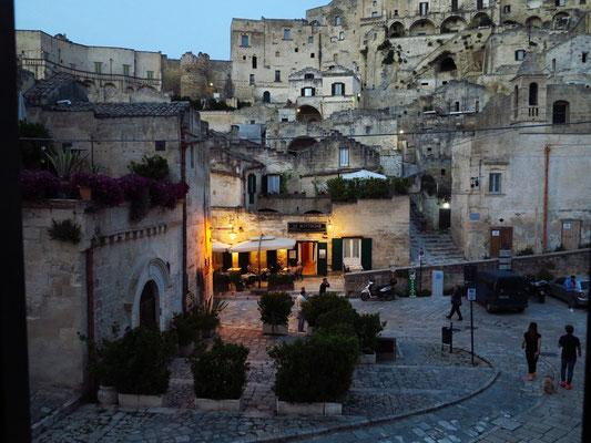 Abenddämmerung in Matera, Blick aus meinem Zimmer im Hotel Ai Terrazzini auf die Piazza S. Pietro Barisano