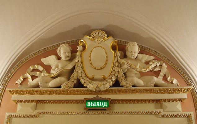 Bolshoi-Theater, Skulpturenschmuck über den Türen zum Ausgang