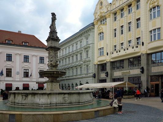 Hauptplatz der Altstadt (Hlavné námestie) mit dem Maximiliansbrunnen und Roland-Palais (rechts)