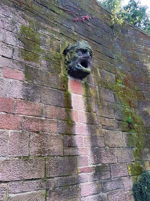 Der geizige Bäcker an der Schlossmauer, steinerne Fratze eines Wasserspeiers (nach einer Sage)
