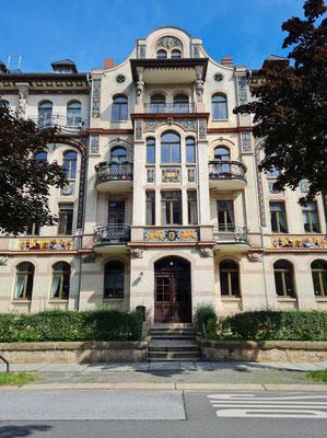 Barbarossastraße 48-52, Schaufassade mit hochwertigen Majolikareliefs im Jugendstil, 1897/98