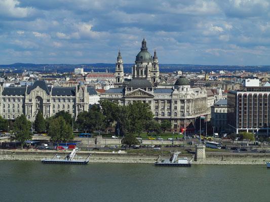 Blick vom Burgpalast auf die Donau mit Gresham-Palast, Innenministerium und Hotel Sofitel Budapest Chain Bridge