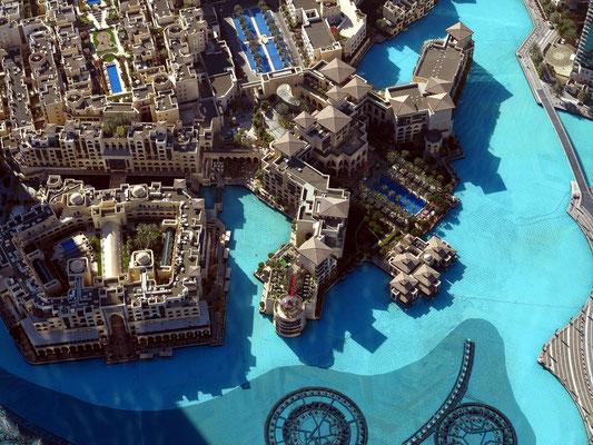 Blick nach S zum Burj Khalifa Lake, zum Hotel The Palace und Souk Al Bahar