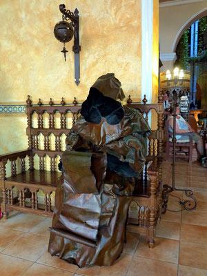 Eine der Mönchs-Skulpturen im Hotel Los Frailes
