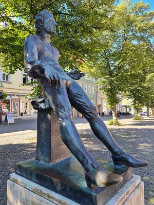 Entworfen wurde die Bronzestatue, die Bach im Alter von 18 Jahren zeigt, von Prof. Bernd Göbel.